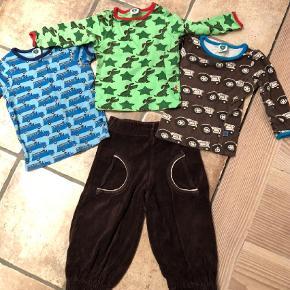 Varetype: Velour bukser , to bluser og 1 t-shirt Størrelse: 0-1 år (74-80 cm) Farve: Flere  Småfolk pakke bestående af et par brune velour bukser, to langærmede bluser med hhv traktor og hunde og en kortærmet med blå brandbiler.  Den kortærmede og den grønne er næsten ikke brugt, men på den grønne er der to meget små pletter, der ikke ligner mad - pletter.  Pris : 95 pp