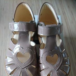 Helt nye og lækre sandaler i Rose sælges. Np 749 kr. Befinder sig i Odense NØ