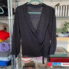 Slå-om bluse fra Zara.