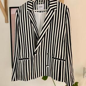 Black & white blazer from Envii. No size but fits to M/40.
