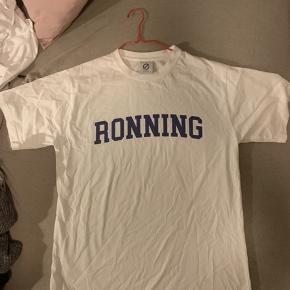 Sælger denne Ronning T-shirt, da den er for stor til mig  Super fed og aldrig brugt Billede nr 3, er IKKE t-shirten, bare hvordan t-shirtens fit er på en, som passer trøjen  Sælges til 100 kr ekskl fragt  Ellers bare BYD løs eller skriv for mere info  🤪🤪🤪