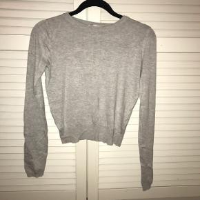 Sød basic tynd strik sweater købt i Barcelona Str. Xs God til fx. højtaljede bukser eller nederdele Byd endelig :)