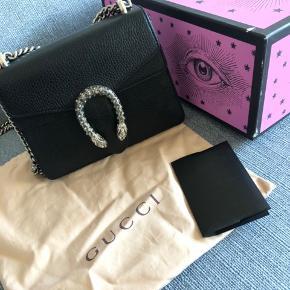 Jeg har valgt at sætte min Gucci dionysus med swaroski sten til salg. Dette er modellen i mini, men har stadig plads til en del ting efter min mening. Tasken er købt i 2017 i Paris. Prisen var dengang 11.500, men kan se den siden da er steget til 12.500kr.  Tasken kan bæres som crossbody med kæden som kan trækkes sammen og ligge dobbelt   Tasken har to brugsspor som kan ses på billederne. Dette tager jeg til en læderbutik for at se Om kan fikses inden en mulig køber kommer.   Derudover vil tasken blive renset indvendig så godt som muligt 🌸