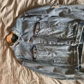 Ksubi distressed denim jakke  Størrelse L Ny pris 1900kr Mindste pris 300kr Kan hentes i Roskilde eller sendes på købers regning  Cond 8/10