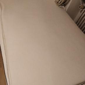En rigtig god topmadras, som nu sælges, da jeg har fået en ny. Størrelsen er 120*200 cm.