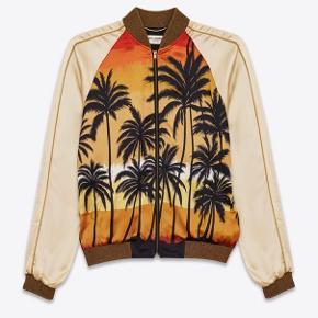 Saint Laurent palm tee jacket (Grail)  Ikonisk jakke, som er set på adskillige berømte. Kan bruges unisex.  Str F36 fitter Xs - S alt efter kropsbygning (omkring 160 - 170) Cw: White/gold/yellow/Black OG: intet medfølger Cond: god men brugt  Nypris: 18.600 DKK (Udsolgt over alt) Modtager bud fra: 7.000