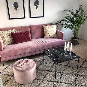 Sælger denne 3-personers sofa i velour. Købt i Ilva for 1,5 år siden. Nypris 7499 kr. Er åben for bud 😊