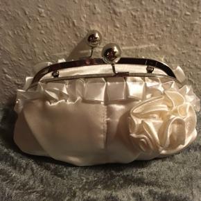 Sød cremefarvet taske med både lang og kort kæde, enten til bruden eller kan også bruges til konfirmanden. Køber betaler Porto