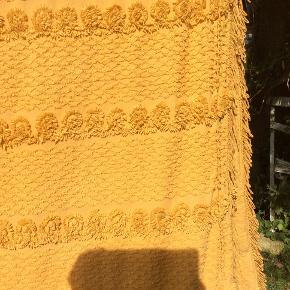 Stort flot karryfarvet unika retro sengetæppe fine detaljer fra 60erne, slidt, blødt bomuld, nyvasket, fremstår med lidt huller hist og pist derfor er stand sat til slidt, kan bruges på dobbeltseng så ses huller næsten ikke, kan bruges på flere måder, man kan også sy noget af stoffet. 55 pp