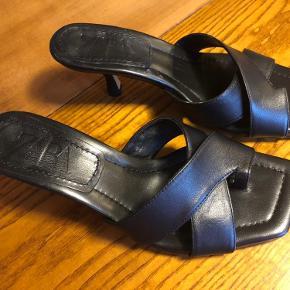 Fine sandaler i læder. Kun brugt en gang.