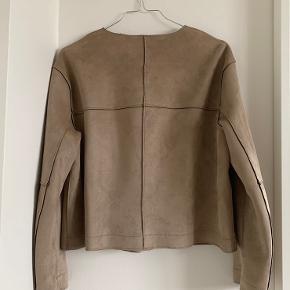 super flot faux suede jakke fra zara 🤎 aldrig brugt