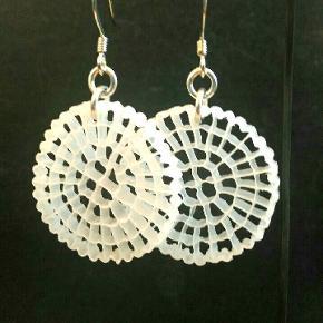 Håndlavede (af mig) sølvsmykker (925 sterlingesølv) sælges !- flere eksemplarer haves   Sølvringemønstrede : 300 kr Organisk mønstret plastik : 300 kr.
