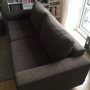 Jeg har netop købt denne sofa, men den er desværre for lille til vores behov. Sofaen er fra Bolia og i mørkebrun bouclestof. Siddepuder er i skum og rygpuder i dunfyld. Den fremstår meget pæn og velholdt og sælges til en rigtig god pris!  Sofaen måler 190 cm. i længden. I siddebredde 150 cm. Dybde 88 cm og siddedybde 52 cm. Siddehøjde 43 cm.