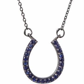 Varetype: Halskæde Størrelse: 44 Farve: Sølv Oprindelig købspris: 2880 kr.  Cool halskæde med vedhæng formet som en hestesko og beklædt med mørkeblå safir ædelsten. Smykket er en del af et samarbejde mellem Tina Lund og Mai Manniche: HORSES for LUCK COLOUR.  Kun været på et par gange...