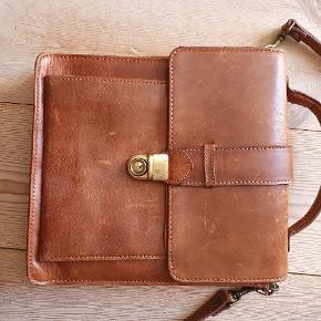 """Lækker vintage taske i læder. Flot stand. Med nøgle, så den kan låses af. Den har en """"fold ud"""" detalje, se sidste billede"""