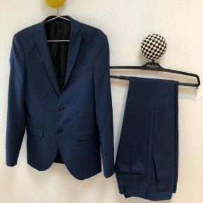 Flot habit med bukser og habitjakke, mørkeblå, fra Jack and Jones. Brugt 2 gange. Størrelse 42 (vil vurdere som small).