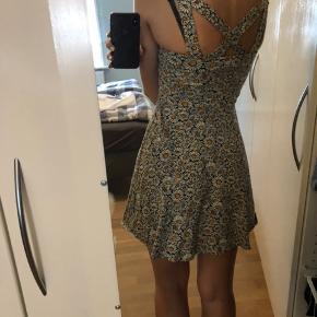 Blomstret kjole fra forever 21, købt i Singapore og kun brugt få gange Størrelsen er en S, men fitter også XS  Forsendelse er på købers regning
