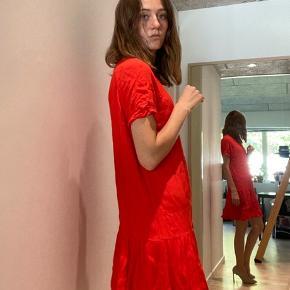 Sød sommer kjole fra Envii. Den trænger til at blive strøget engang. Men ellers rigtig god stand 😊  Kom gerne med bud, og se gerne mine andre annoncer, jeg giver mængderabat 🧡