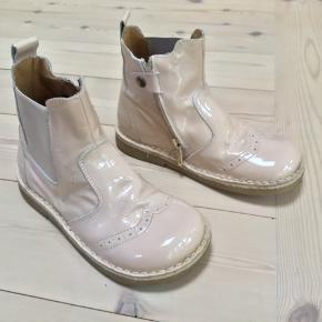 Rosa farvet lak støvler med gummisål De er brugt få gange og fremstår som nye