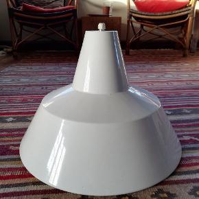 Sælger 11 stk Louis Poulsen lampeskærme i hvid emalje.Pris: 400 kr stykket. Ved køb af alle 11, er den ene gratis. Altså, 11 stk: 4000 kr