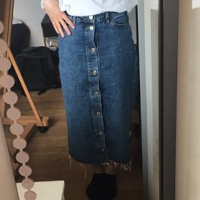 Rigtig fin og velholdt denim nederdel, der lukkes med knapper hele vejen op, så den kan knappes op nedefra, hvis man skal cykle i den. Ingen knapper er løse og der er ingen pletter el. Lign BYD gerne. Jeg giver også mængderabat