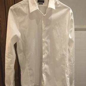 #30dayssellout #zara  Zara Man Superslim fit skjorte i str. XL Fitter som en L Brugt og vasket 1-2 gange  Kan også afhentes i Kbh