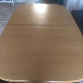Robust spisebord med to tillægsplader, der opbevares under bordpladen. Bordet måler uden plader 157 x 94. Hver tillægsplade måler 94 cm