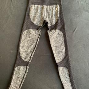 Do you even trænings tights - Str. S. De er størrelsessvarende. Ny pris 300 kr. Sælges til 250 kr. Befinder sig i Århus C