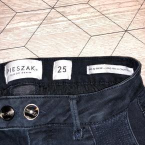 Helt nye bukser fra Pieszak i str 25  Nypris er 1399,-   Virkelig fede og rå bukser der sidder fantastisk på