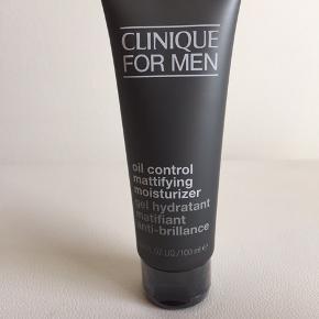 Aldrig brugt - plomberet   Clinique Oil control mattifying  Fugt creme god til en hud der kan fedte i panden og på næsen. 100 ml  Nypris 250 kr   Køber betaler fragt