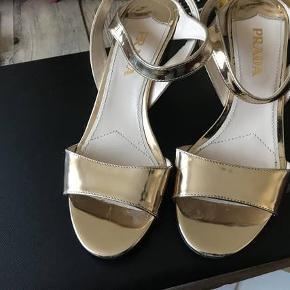 Prada sko i guld sælges.  7½ cm hæl.  Flotte sko som jeg kun har brugt et par gange  Kom med et bud!