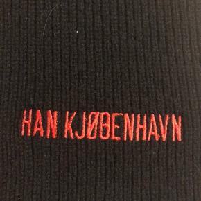 Lækkert Han Kjøbenhavn halstørklæde, perfekt til den kommende tid. Det er brugt meget få gange og fejler derfor intet. Vil mene det også sagtens kan gå til kvinder.