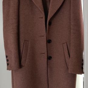 Uldfrakke (50% uld) fra seleced, står som næsten ny. Har ingen slidmærker eller brugsspor.