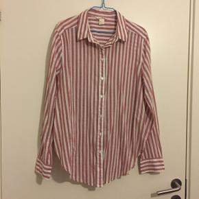 Skjorte i rosa og hvis stribet. Fra H&M. Brugt men fejler ikke noget synligt. Er dog vasket en del. Kan afhentes i Vestamager eller sendes på købers regning :-) str 40 (svaret til en medium)