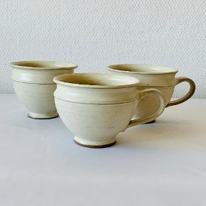 Tre skønne og store kopper fra Kjems og Stage keramik. Højde: 9 cm Diameter: 11,5 cm