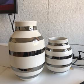 To kahler vaser. H20 og H31 Den mellem sælges for 175 (nypris 300kr) Den store sælges for 250 (nypris 400kr) Eller sælges samlet for 375. Afhentes på Nørrebro