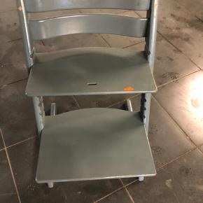 Trip Trap stol sælges Gammel model - maling medfølger Trænger til en klud og pletmaling så er den fin igen :)  Afhentes i Stevnstrup