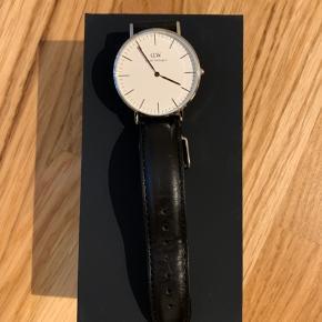 Classic Sheffield ur, sort rem med sølv skive. Eneste tegn på brug er på remmen