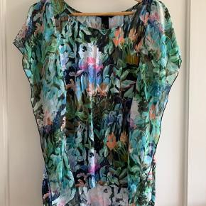 Størrelse: L  Mærke: H&M  Lækker blød bluse med sifon stof i siderne. Som gir er flot effekt til blusen når man har den på. Det falder rigtig flot.   Se billederne.   Sender gerne, køber betaler for porto.  Vægt: 149g Porto: 36kr med Dao