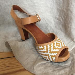 Smukke komfortable Chie Mihara heels/åbne sandaler med flettet mønster. Brugt få gange. Original æske og dustbag.