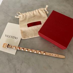 Hejsa! Jeg sælger mit Valentino armbånd i rosegold, da jeg simpelthen ikke får det brugt nok. Det er købt i Valentino forretningen i København i marts 2018 til 1180,- DKK. Jeg er ikke sikker på, om lige denne farve stadig sælges :) Jeg har samlet set kun fået brugt armbåndet omkring 5 gange siden købsdato, så derfor fremstår det stort set helt nyt. Armbåndet kan afhentes i Helsingør eller sendes, og der følger både original æske, dustbag, ekstra studs og kvittering med 😃
