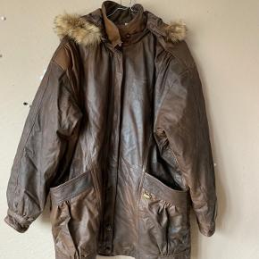 Skøn læder parka frakke med pelskrave. Kam bruges både oversize eller som størrelsen passer. Skønt mønstret for.