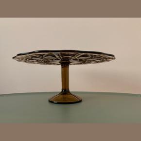 Brunt kagefad i glas // Ø: 24 x H: 10 cm // ingen skår