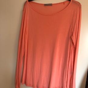 Langærmet t-shirt i pink/koralfarvet. Brugt én gang