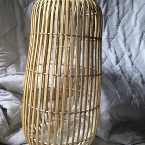 Lampeskærm Caja fra Broste Copenhagen  Denne fine pendel har et let og luftigt udtryk, og har desuden den fordel, at den er fremstillet af bæredygtigt design.   Mål: Ø: 25cm x H: 50cm