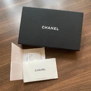 Flot quilted mørkeblå og sort pung fra Chanel.  Brugt lidt men fremstår i rigtig god stand. Guldet på Chanel mærket er falmet en smule.   Kvittering, autencitets bevis, støvpose og original box medfølger.   #trendsalesfund