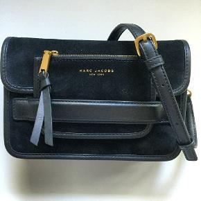 Smuk taske i sort ruskind i modellen Madison. Brugt et par gange, men ingen brugstegn overhovedet. Spørg for flere billeder ved interesse :)  *medfølger dustbag