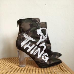 Støvler med camo print og transparant hæl. I super pæn stand! Kan afhentes på Ægirsgade Nørrebro eller sendes for 38,- via DAO 👍🏼👢