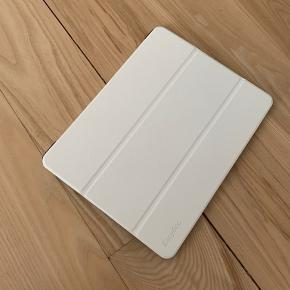 Helt nyt hvidt iPad cover til iPad Pro 12'9 model 2018. Det har magnet og kan derfor sættes op. Ydersiden er i læder-lignende materiale og indersiden er ruskinds-lignende materiale, som kan bruges til at pudse skærmen.  Aldrig brugt. Fejlkøb i udlandet og passede desværre ikke til min egen iPad - passer altså kun på 2018/3. generation iPad Pro 12'9 :-(  Måler 22 cm x 28 cm