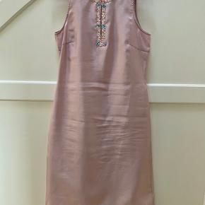 Skøn vintage Day kjole. Brugt en enkelt gang og har hængt i dragtpose lige siden.